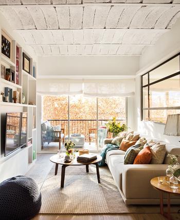 Прекрасная трехкомнатная квартира на площади всего 60 кв. м в Барселоне