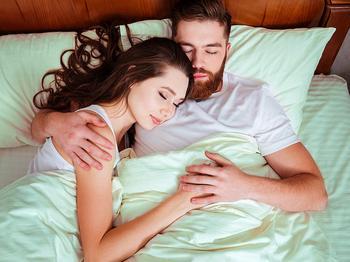 Сон в обнимку или нет: что это говорит о ваших отношениях