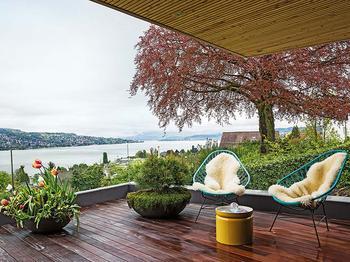 Современный дом с видом на озеро и Альпы в Цюрихе