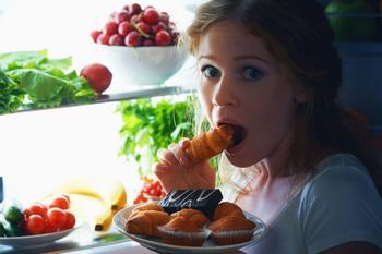 Почему нельзя есть поздно ночью