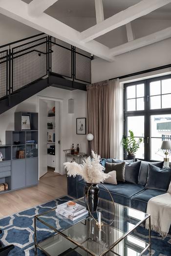 Современная двухуровневая квартира с элементами индустриального стиля в Стокгольме