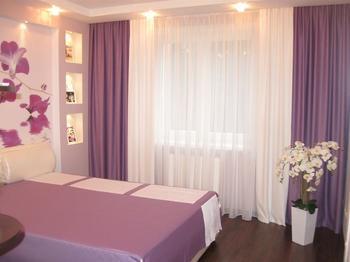 Спальня: фиолетовая строгость с орхидеями