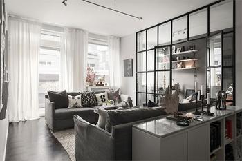 Черно-белая квартира с домашним офисом за стеклянной перегородкой