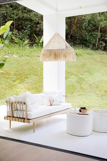 Райский белый домик с бассейном, окруженный со всех сторон джунглями