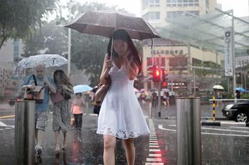 Дождливое настроение: фотограф из Сингапура ловит эмоции людей во время ливня
