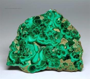 Малахит камень: свойства, кому подходит и как с ним работать