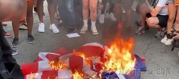 Протестующие сожгли американский флаг возле Белого дома после речи Трампа