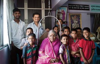«Мать сирот» спасла от смерти и воспитала более 1400 брошенных детей