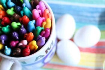 Интересный способ покраски яиц на Пасху