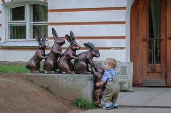 Дети, которые точно знают, как фотографироваться с памятниками