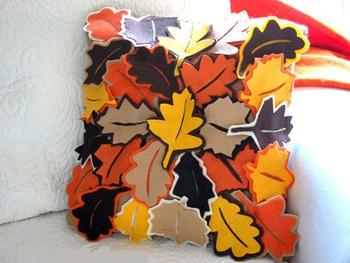 Яркая подушка с опавшими листьями