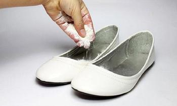 Копеечное средство, которое оперативно решит проблему неприятного запаха из обуви