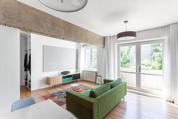Монохромная квартира-студия с цветной мебелью и яркими акцентами
