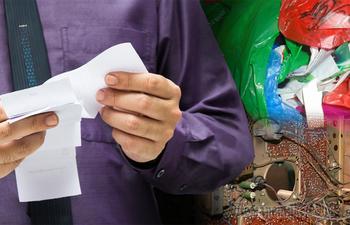 Пакет с пакетами, стопки ненужных чеков и ещё 10 вещей, которые только захламляют жилище