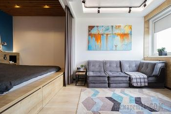 «Однушка» с кроватью-подиумом и экраном проектора на окне