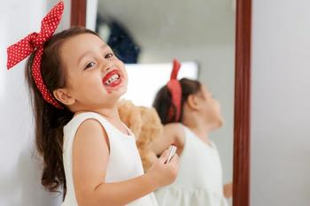 17 весёлых картинок про малышей и зеркала