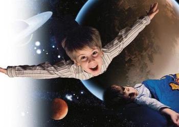 Чем отличаются ночные полеты малыша и взрослого во сне?