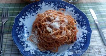 Спагетти с тунцом и томатом