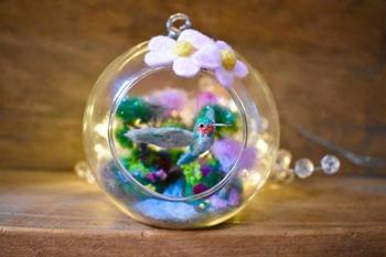 Миниатюрные войлочные животные + стеклянные шары = идеальные ёлочные игрушки