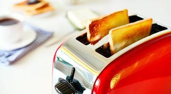 Как быстро почистить грязный тостер