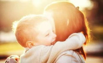 5 причин обнимать ребенка как можно чаще