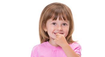 Почему ребенок грызет ногти и как его отучить от этой привычки?