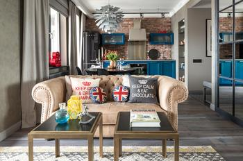Квартира с испанской мебелью и винтажными постерами