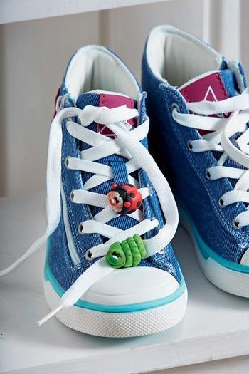 Завяжи шнурки! Украшаем детские кеды фигурками из полимерной глины