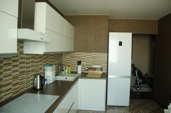 Даже двум хозяйкам на кухне комфортно и хватает места