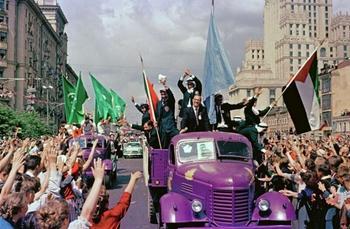 Коллекция цветных снимков Всемирного фестиваля молодёжи 1957 года в Москве