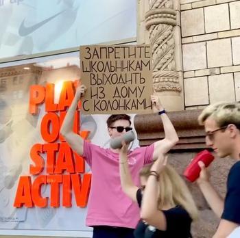 Парень в одиночку протестует против раздражающих всех мелочей при помощи оригинальных плакатов