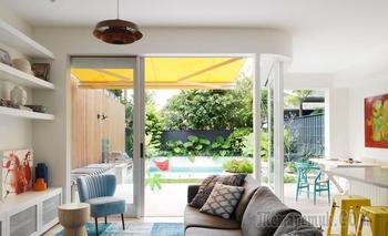Белоснежный дом с цветными акцентами и открытой террасой в Австралии