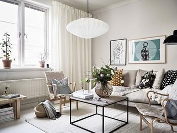 Белая квартира в Швеции с робкими зелеными и желтыми акцентами