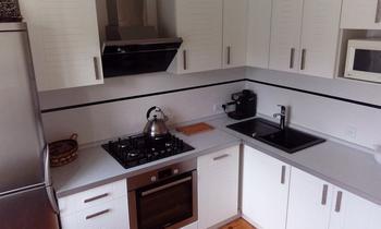 Кухня: белый, серый, дерево