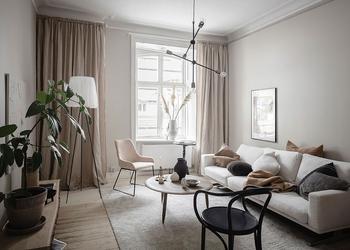 Маленькая двухкомнатная квартира в тёплых тонах с уютным балконом