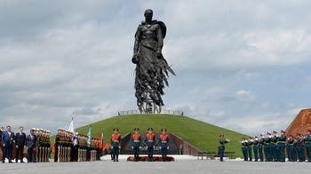 Встреча у памятника: зачем Лукашенко приехал к Путину