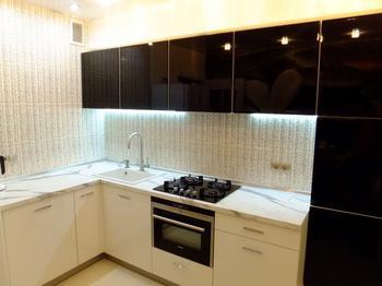 Кухня: нестандартный гарнитур, фотообои и угловой диван