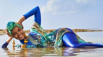Буркини — не бикини: модель впервые снялась для Sports Illustrated в мусульманском купальнике