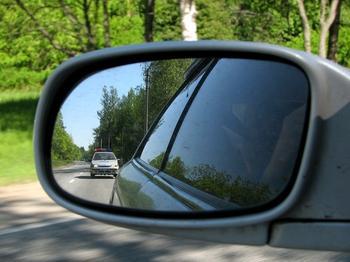 Как правильно вести себя водителю, если сзади едет автомобиль ДПС