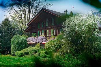 Лес и горы: необычное шале в швейцарских Альпах