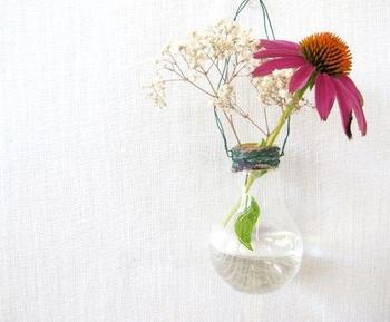 Очаровательная вазочка из ненужной лампочки