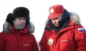 Прорицателям отставки Медведева