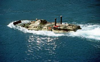 Прыжок плавающего БТР в океан на полной скорости