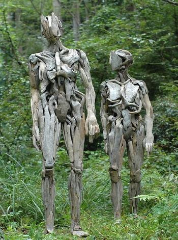 Скульптуры из обломков древесины