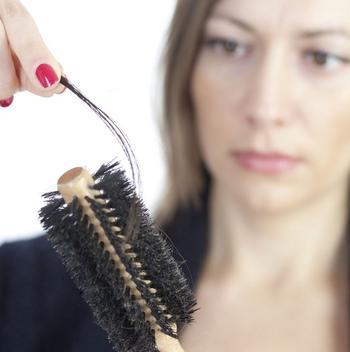 Как остановить выпадение волос: 3 натуральных средства