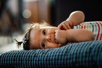 Стоит ли волноваться, если ребенок постоянно сосет палец?