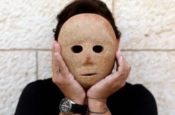 В Израиле археологи нашли каменную маску, возраст которой более 1000 лет