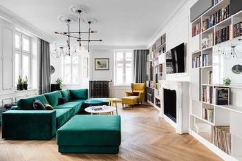 Современная квартира в Польше с яркой мебелью и нестандартными решениями