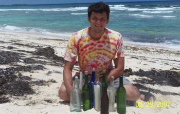 Американец бросил работу, чтобы бродить по пляжам и искать записки в бутылках
