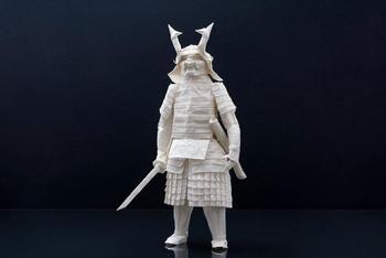 Самурай, выполненный в технике оригами из цельного листа рисовой бумаги